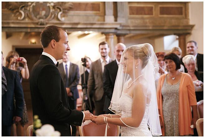 Hochzeitsfotografie von Brautpaar beim Ja-Wort während standesamtlicher Trauung in Schlosskirche Schöneiche bei Berlin © Hochzeitsfotograf Berlin hochzeitslicht