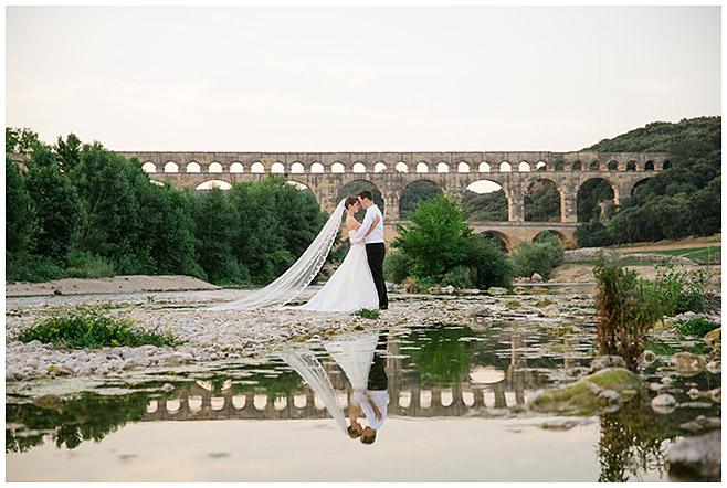 Hochzeitsfotografie von Brautpaar vor Aquädukt in der Provence, Frankreich © Hochzeitsfotograf Berlin hochzeitslicht