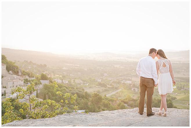 Paarfoto mit Blick auf Tal entstanden bei Paarfotoshooting in der Provence, Frankreich © Berliner Fotostudio LUMENTIS