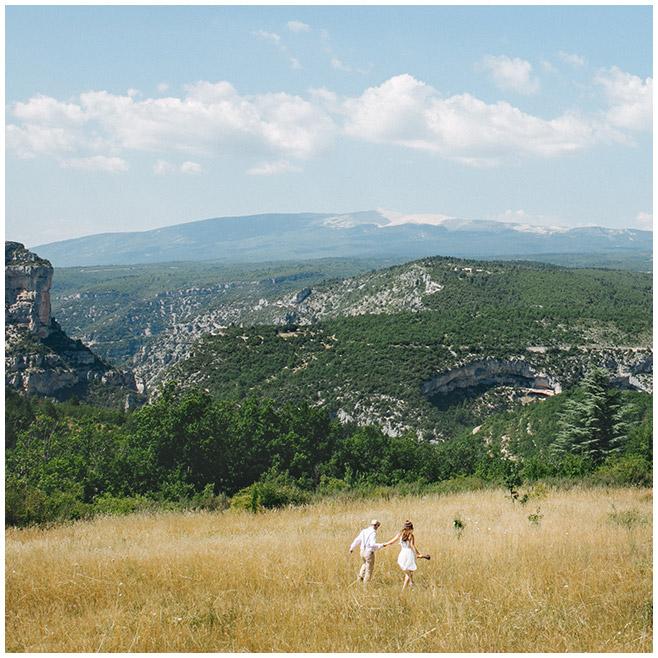 Paar-Fotoshooting auf Wiese in der Provence mit Blick auf Berge © Fotostudio Berlin LUMENTIS