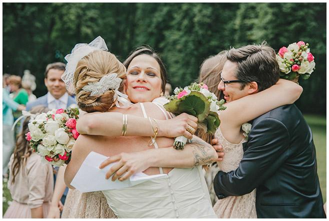 Hochzeitsbilder von der Gratulation der Gäste nach freier Trauung auf Schloss Herzfelde © Hochzeitsfotograf Berlin hochzeitslicht