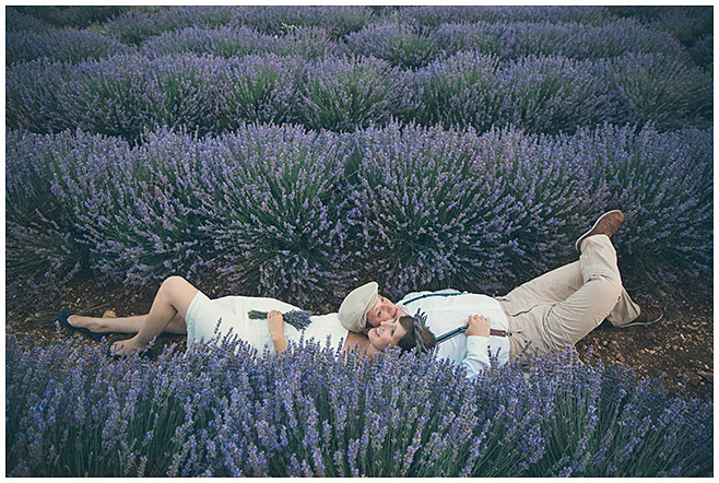 Romantisches Paar-Fotoshooting im Lavendelfeld in der Provence mit professionellem Fotografen aus Berlin © Fotostudio Berlin LUMENTIS