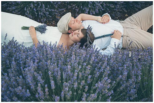 Professionelle Paarfotos von Fotograf aus Berlin aufgenommen in Lavendelfeld in der Provence, Frankreich © Fotostudio Berlin LUMENTIS