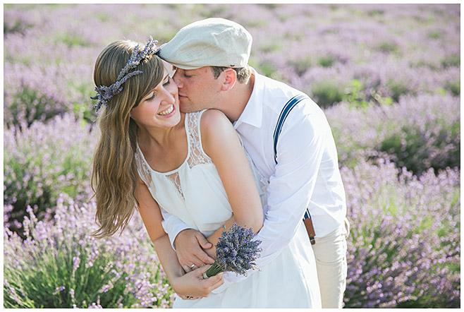 Paarfotos im Lavendelfeld mit Haarkranz in der Provence © Fotostudio Berlin LUMENTIS