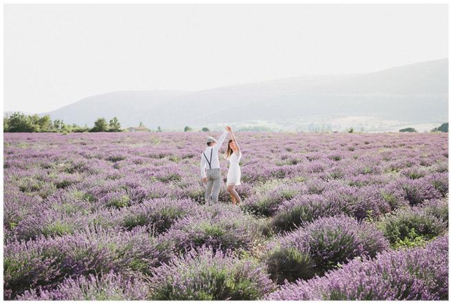 Paarfotografie bei Paarfotoshooting in Lavendelfeld in der Provence aufgenommen von Berliner Paarfotografinnen © Fotostudio Berlin LUMENTIS
