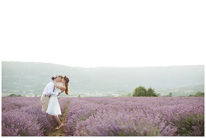 Pärchenfotoshooting outdoor in Lavendelfeld, Provence © Fotostudio Berlin LUMENTIS