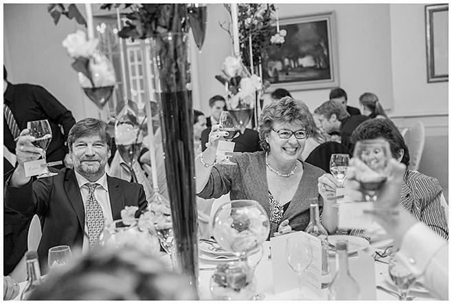 Hochzeitsbild von Hochzeitsfeier auf Schloss Herzfelde, Brandenburg © Hochzeitsfotograf Berlin hochzeitslicht