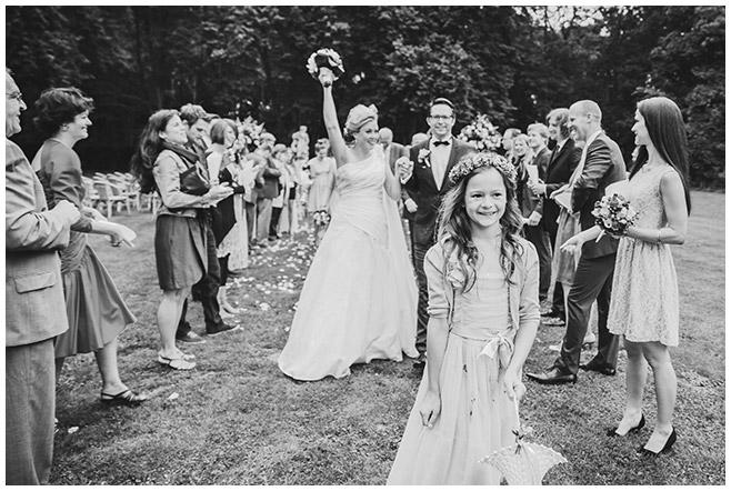 Hochzeitsfotografie vom Auszug nach freier Trauung im Park von Schloss Herzfelde © Hochzeitsfotograf Berlin hochzeitslicht