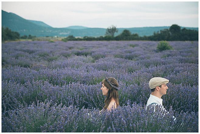 Kreatives Verlobungsfoto von Profi-Fotografen aus Berlin aufgenommen in Lavendelfeld in der Provence © Fotostudio Berlin LUMENTIS