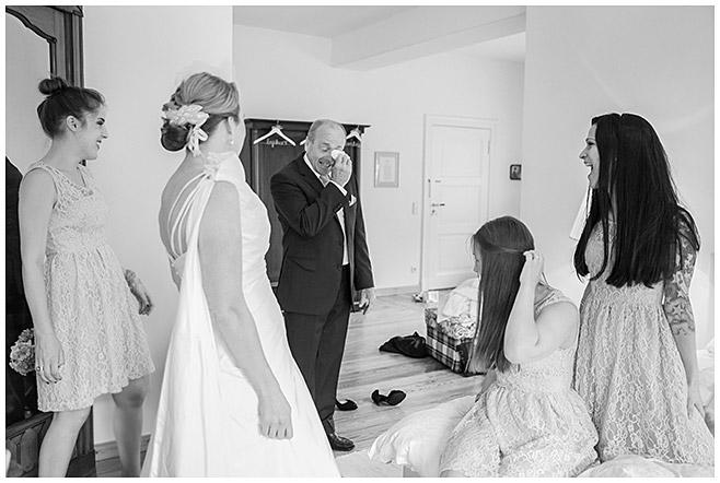 Foto beim Ankleiden auf Schloss Herzfelde © Hochzeitsfotograf Berlin hochzeitslicht
