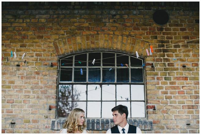 Brautpaarfoto bei DIY-Hochzeit auf dem Kultur-Gut Wrechen aufgenommen von Berliner Hochzeitsfotograf © Hochzeitsfotograf Berlin hochzeitslicht