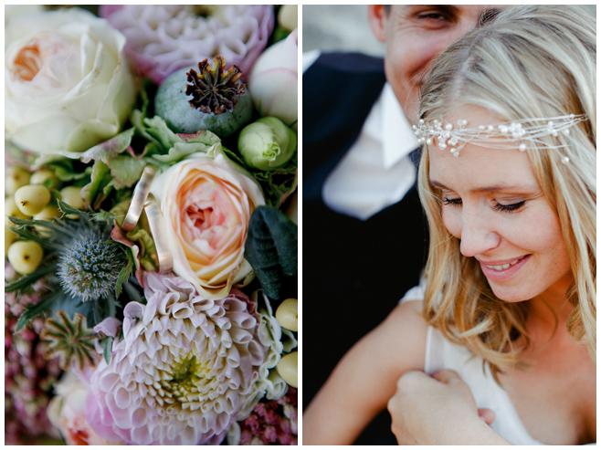 Detailaufnahme von pastellfarbenem Brautstrauß aus Mohn, Disteln, korallenfarbigen Rosen und Dahlien sowie Portraitfoto der Braut mit Stirnband aus Perlen als Haarschmuck © Hochzeitsfotograf Berlin hochzeitslicht