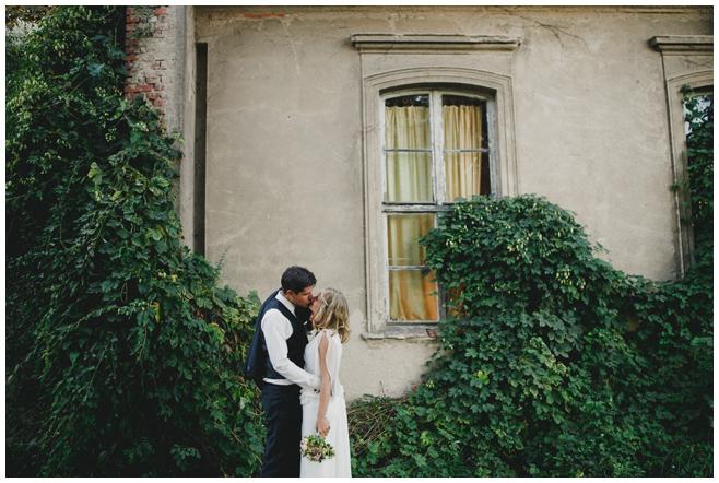 Brautpaarfoto bei DIY-Hochzeit auf dem Kultur-Gut Wrechen © Hochzeitsfotograf Berlin hochzeitslicht