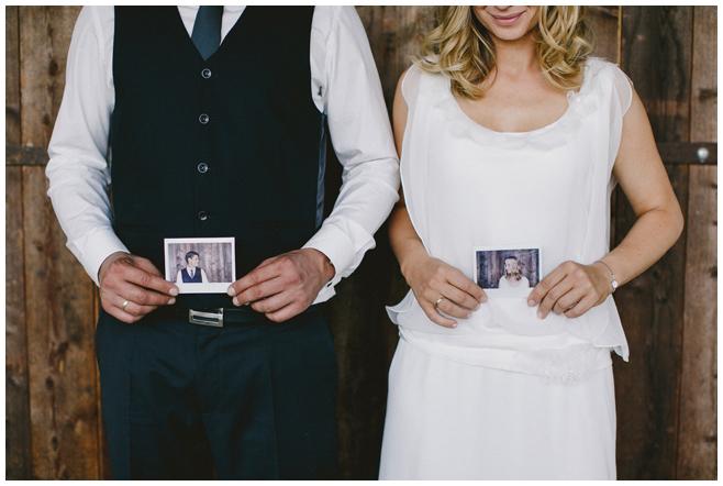 Polaroid-Hochzeitsfotos als Accessoire für kreative Brautpaarfotos © Hochzeitsfotograf Berlin hochzeitslicht