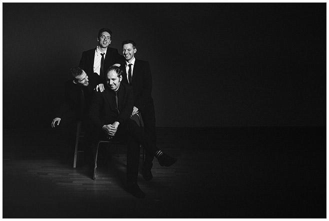 Familienfotografie von vier Geschwistern in Schwarz-Weiß aufgenommen von Berliner Familienfotograf im Fotostudio © Fotostudio Berlin LUMENTIS