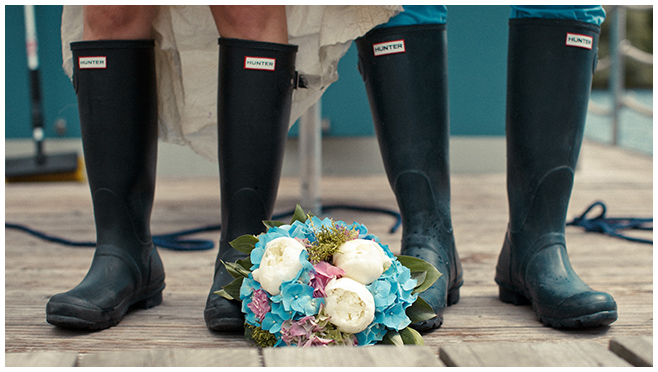 Gummistiefel als Hochzeitsfoto-Accessoire bei Brautpaar-Fotoshooting auf Schloss Marquardt Hochzeit © Hochzeitsfotograf Berlin hochzeitslicht