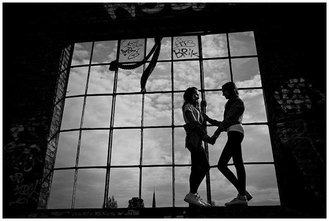 schwarz-weiß Foto bei Freunde-Fotoshooting in Berlin © Fotostudio Berlin LUMENTIS