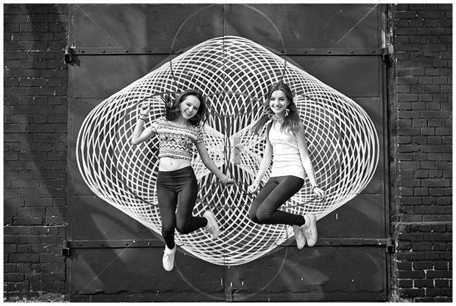 kreatives Foto bei Freunde-Fotoshooting von zwei besten Freundinnen in Berlin © Fotostudio Berlin LUMENTIS