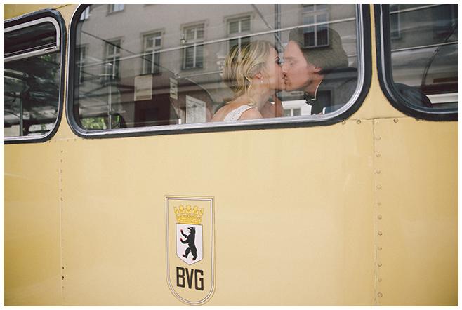 Brautpaar bei Fahrt zur Hochzeit in BVG-Traditionsbus aufgenommen von professionellem Hochzeitsfotograf Berlin © Hochzeitsfotograf Berlin www.hochzeitslicht.de