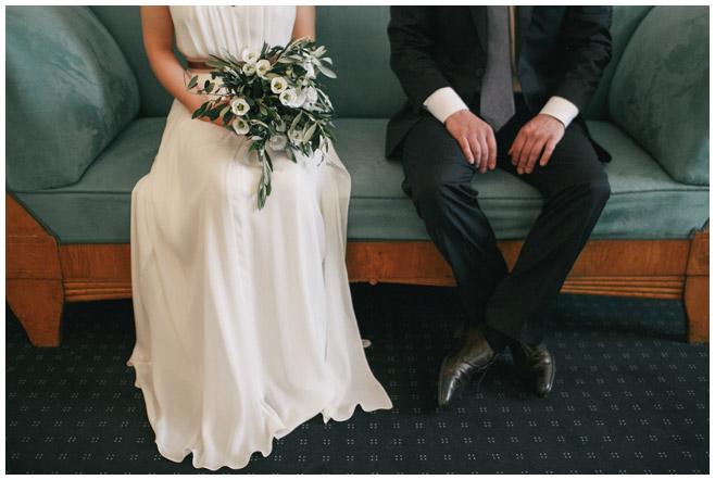 Brautpaar bei Trauung im Rathaus Schöneberg aufgenommen von professionellem Hochzeitsfotografen Berlin © Hochzeitsfotograf Berlin www.hochzeitslicht.de