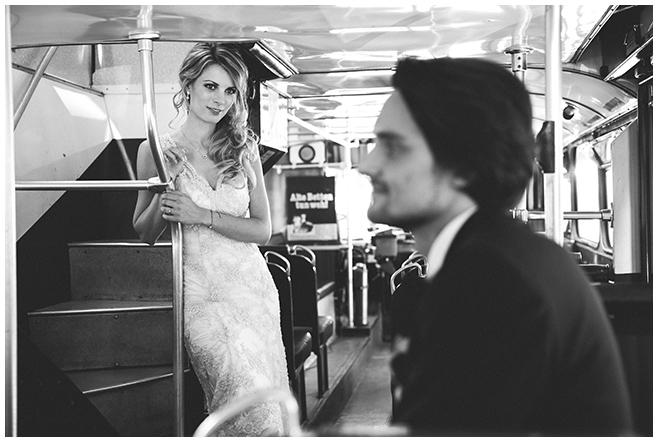 Brautpaarfoto bei Fahrt zur Hochzeit in BVG-Traditionsbus aufgenommen von professioneller Hochzeitsfotografin Berlin  © Hochzeitsfotograf Berlin www.hochzeitslicht.de
