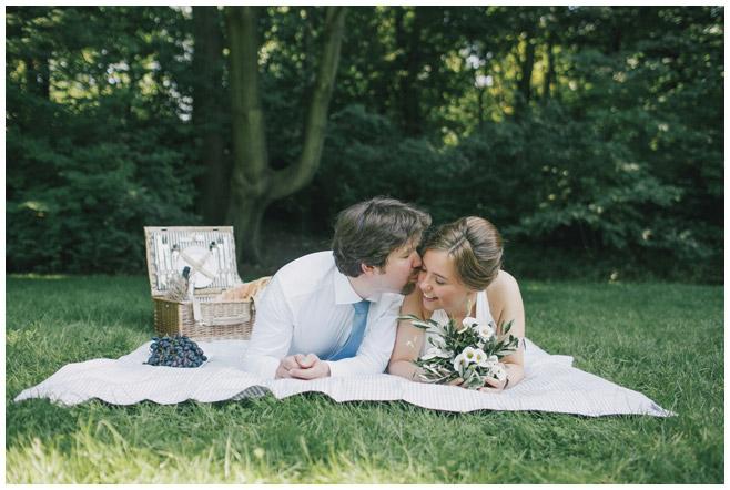 Brautpaar bei Picknick nach Hochzeit in Berlin © Hochzeitsfotograf Berlin www.hochzeitslicht.de