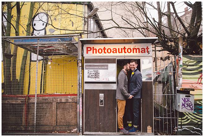 Paarfoto bei gleichgeschlechtlicher Hochzeit im Photoautomaten Berlin © Hochzeitsfotograf Berlin www.hochzeitslicht.de