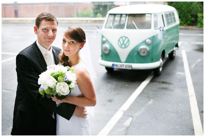 Brautpaar bei Paarfotoshooting vor vintage VW-Bus mit professionellem Hochzeitsfotografen © Hochzeitsfotograf Berlin www.hochzeitslicht.de