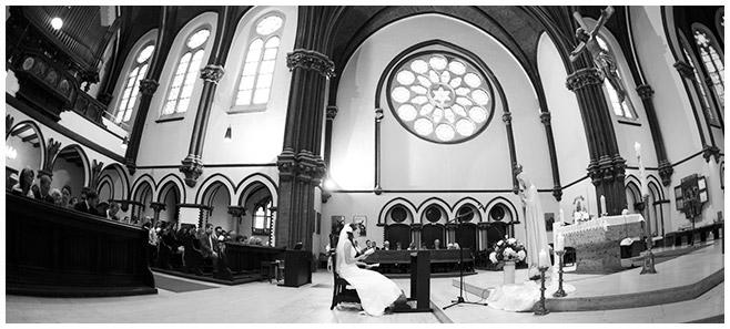 kirchliche Trauung in St. Sebastian Kirche aufgenommen von professioneller Hochzeitsfotografin, Berlin © Hochzeitsfotograf Berlin www.hochzeitslicht.de