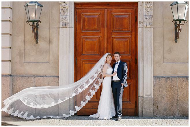 Bräutigam und Braut mit langem Spitzenschleier bei Brautpaarfotoshooting Berlin © Hochzeitsfotograf Berlin www.hochzeitslicht.de