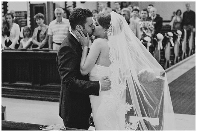 Hochzeitsfoto von Hochzeitskuss nach kirchlicher Trauung in St. Sebastian Kirche Berlin © Hochzeitsfotograf Berlin www.hochzeitslicht.de