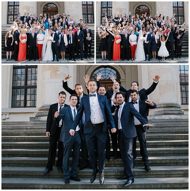 Gruppenfoto von Hochzeitsgesellschaft vor Kirche bei Hochzeitsfest Berlin © Hochzeitsfotograf Berlin www.hochzeitslicht.de