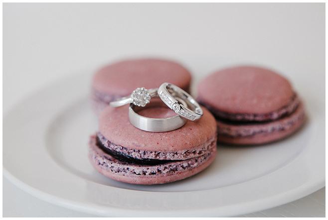 Detailfoto der Eheringe auf Macarons aufgenommen von professioneller Hochzeitsfotografin © Hochzeitsfotograf Berlin www.hochzeitslicht.de