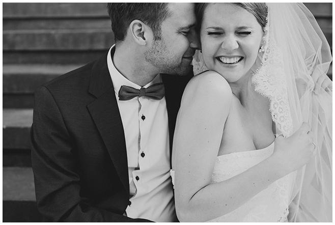 Brautpaarfoto aufgenommen nach Trauung in St. Sebastian Kirche festgehalten von professionellem Hochzeitsfotografen Berlin © Hochzeitsfotograf Berlin www.hochzeitslicht.de