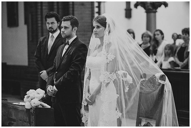 Hochzeitsfotografie von Braut und Bräutigam bei kirchlicher Trauung in St. Sebastian Kirche Berlin © Hochzeitsfotograf Berlin www.hochzeitslicht.de