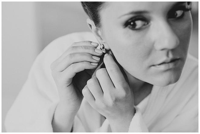 Hochzeitsreportagefoto der Braut beim Anlegen der Brautohrringe aufgenommen von Hochzeitsfotografin Berlin © Hochzeitsfotograf Berlin www.hochzeitslicht.de
