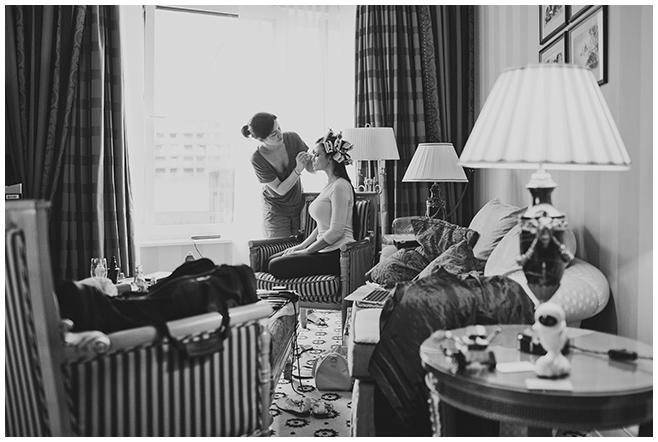 Hochzeitsreportage-Foto von Brautstyling im Ritz Carlton Hotel Berlin © Hochzeitsfotograf Berlin www.hochzeitslicht.de