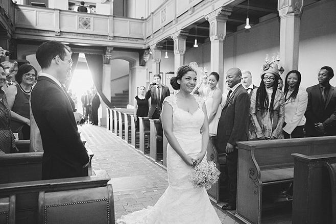 Hochzeitsreportagefoto vom Einzug der Braut bei Trauung in der evangelischen Kirche St. Peter und Paul auf Nikolskoe aufgenommen von professioneller Hochzeitsfotografin Berlin © Hochzeitsfotograf Berlin www.hochzeitslicht.de