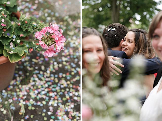 Hochzeitsfotos von Gratulation der Gäste bei Spreewaldhochzeit und Detailaufnahme von Blumendekoration und Konfetti © Hochzeitsfotograf Berlin www.hochzeitslicht.de
