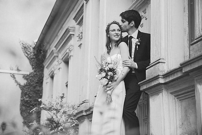 Schwarz-Weiß-Hochzeitsfoto von Braut und Bräutigam bei Spreewald-Hochzeit © Hochzeitsfotograf Berlin www.hochzeitslicht.de