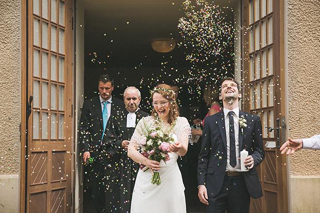 Brautpaar wird nach Trauung im Spreewald von seinen Hochzeitsgästen mit Konfettiregen empfangen © Hochzeitsfotograf Berlin www.hochzeitslicht.de