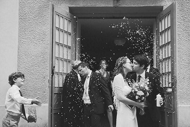 Hochzeitsfoto von Brautpaar nach Trauung im Spreewald aufgenommen von professionellem Hochzeitsfotografen © Hochzeitsfotograf Berlin www.hochzeitslicht.de