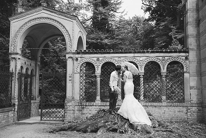 Romantische Hochzeitsfotografie von Braut und Bräutigam aufgenommen von professioneller Hochzeitsfotografin vor Restaurant Schloss Glienicke Remise © Hochzeitsfotograf Berlin www.hochzeitslicht.de
