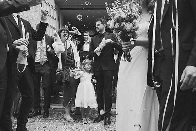 Hochzeitsreportage-Foto von Gratulation der Gäste nach Trauung bei Spreewaldhochzeit © Hochzeitsfotograf Berlin www.hochzeitslicht.de
