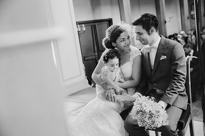 Hochzeitsfoto während Trauung von Braut und Bräutigam mit kleiner Tochter in der evangelischen Kirche St. Peter und Paul auf Nikolskoe Berlin © Hochzeitsfotograf Berlin www.hochzeitslicht.de