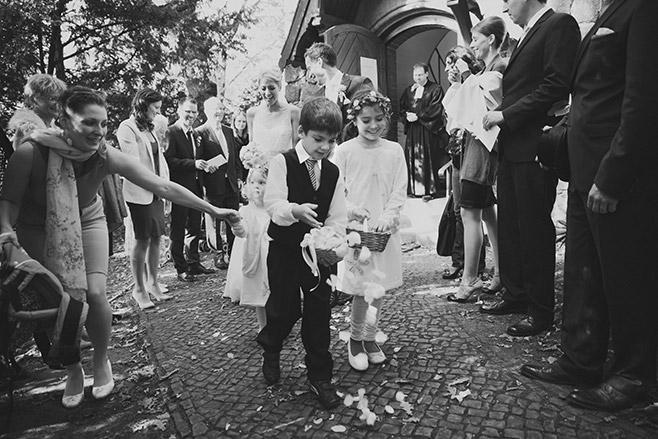 Auszug des Brautpaares nach kirchlicher Hochzeit Berlin © Hochzeitsfotograf Berlin www.hochzeitslicht.de
