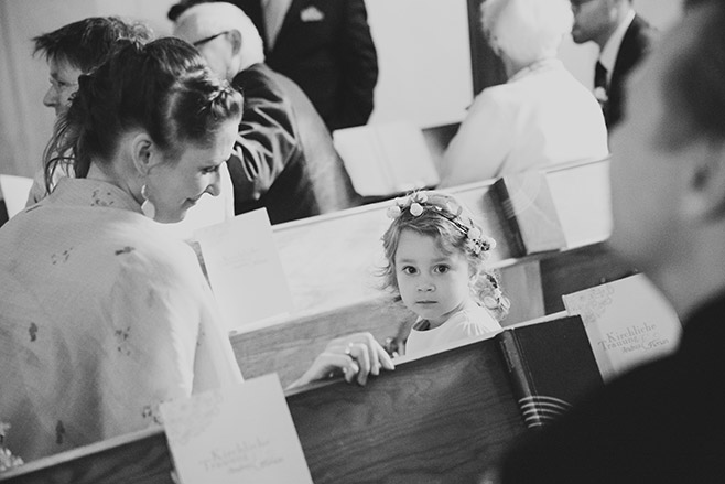 Hochzeits-Reportage-Foto aufgenommen während kirchlicher Trauung in Dorfkirche Britz, Berlin © Hochzeitsfotograf Berlin www.hochzeitslicht.de