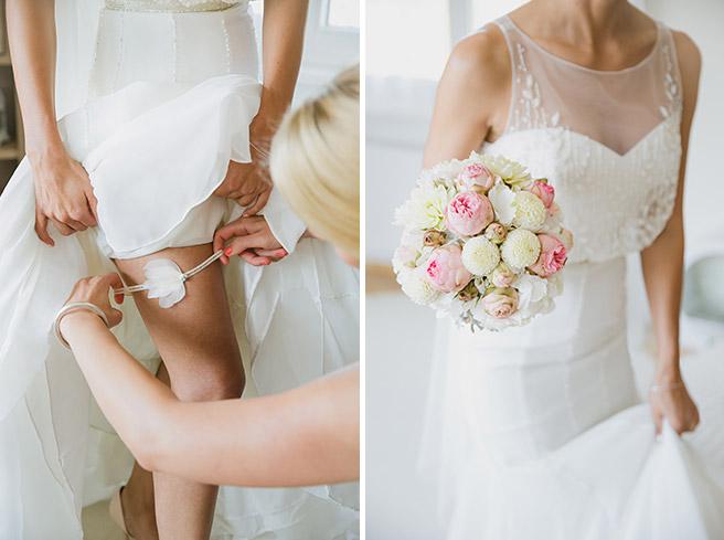 Hochzeits-Fotoshooting vom Ankleiden der Braut und vom Brautstrauß mit Rosen und Dahlien © Hochzeitsfotograf Berlin www.hochzeitslicht.de