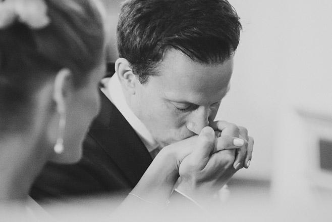 Hochzeitsreportage-Foto während kirchlicher Trauung in Dorfkirche Britz aufgenommen von professioneller Hochzeitsfotografin Berlin © Hochzeitsfotograf Berlin www.hochzeitslicht.de
