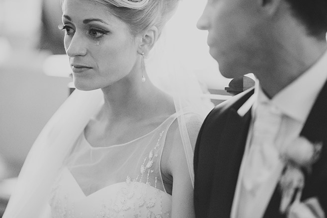 Hochzeitsreportagefoto von Braut und Bräutigam während kirchlicher Trauung in Dorfkirche Britz, Berlin © Hochzeitsfotograf Berlin www.hochzeitslicht.de